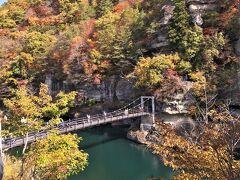 塔のへつりちは、どのような場所なのか? 百聞は一見にしかず・・・ということで、まずは、そのエリアに足を踏み入れてみる。  塔のへつりがあるのは阿賀川流域で、遊歩道を歩いていると、いきなり目の前に出てくるのは、一面の紅葉に覆われた山と澄んだ水をたたえる阿賀川だ。
