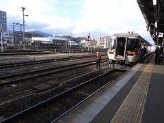 そしてとうとう、ひだ乗車の時間。 高山駅で待っていると…  あれ? あの電車、開いてるよ。