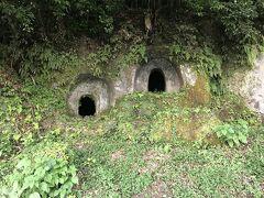 県境を越えて南下し、鍋田横穴群へ。横穴式墳墓で、川沿いの崖にいくつもの横穴が口を開けています。亡骸を埋葬した際には入り口は密閉しないままだったのでしょうか。