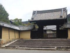 京都駅に9時に到着。 まだ紅葉が残っているお寺ということで地下鉄を乗り継いで、山科周辺の小野・随心院へ。 この一帯は平安時代、貴族の小野氏の邸宅があったところだそうです。 立派な門です。