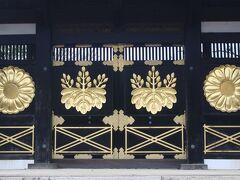 醍醐寺は豊臣秀吉が晩年、盛大な花見をしたことでも知られています。 秀吉が整備した三宝院の入口である「唐門」。  皇室の「菊」の紋と豊臣秀吉家の「五七の桐」の家紋がとても華やかで美しく、さすがに秀吉という感じでした。