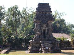 チャンディ・キダルは1260年に創建と言われています。多くのガルダの浮彫で知られている。写真の東塔堂は2代目の王アヌシャーパティの霊廟である。