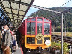 10時25分、トロッコ列車が到着。 嵯峨から乗車してきたお客さんとこれからトロッコ列車に乗ろうとするお客さんでホームは大混雑。