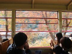 トロッコ亀岡からトロッコ嵯峨へ向かう上りのトロッコ列車は保津川沿いにゆっくり走ります。 お客さんで満席状態。 嵐山に近づいてくると紅葉の美しい車窓になりました。