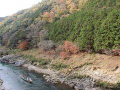 この駅からも保津峡がよく見えます。 ちょうど保津峡下りの川下り舟がやってきました。