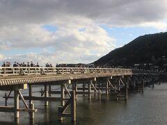 嵐山のシンボル・渡月橋。 ここもすごい人で警察官が交通整理をしていました。  また取材中のカメラを担いだテレビ局も数局見ました。 ニュースで「嵐山は観光客が多い」とでも報道するのでしょう。