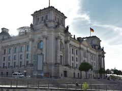 <シュプレー川遊覧船>  ドイツ連邦議会議事堂の前を通りました。