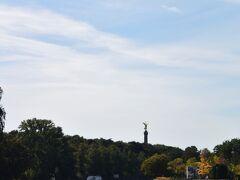 <シュプレー川遊覧船>  左はティーアガルテン。 正面には戦勝記念塔が見えます。  遊覧船はこの辺りでUターンして ベルリン大聖堂へ戻りました。  川から景色を眺めるのも ゆったりとした気持ちになれて とても良かったです。