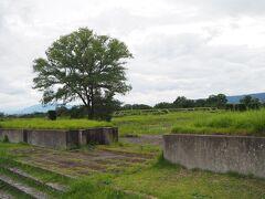 この何もない史跡に佇む感じ。前に訪れた大宰府や多賀城に似てるなぁと思っていたら、ここ平城宮と合わせたこの3か所「日本三大史跡」として括られていました。  という事でこれで3ヶ所コンプリートでございます。あまり感慨無いけど。