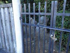 欽明天皇様の陵のすぐそばにある、吉備姫王(キビノヒメノミコ)様のお墓を参拝。 ここに猿石があるということで見学。