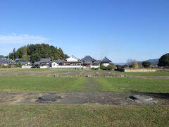 亀石さんから東へ歩き、県道に出ると左手に川原寺跡がある。 空が広い。