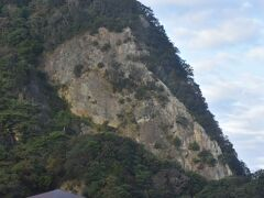 車窓より、昨日登った烏帽子山です。
