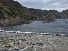 吉田海岸は入り江なのですが磯のような海岸。 閑散としています。