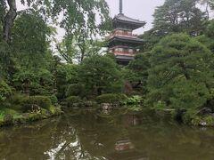 庭園を鑑賞した輪王寺の写真。三重塔を水鏡で。