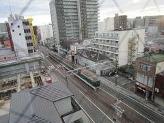 おはようございます!  路面電車は朝早くから動いています。