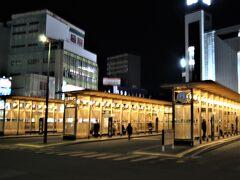 リムジンバスの終点は県庁前なので途中、秋田駅西口バス停で下車します、  JR秋田駅正面、西口バスターミナルなのでどこへ行くにも便利ですが、バス停のホームには銘木・秋田杉を使った贅沢さと木の温もりが好いですね!。 空港からは約40分ぐらいでしょうか。