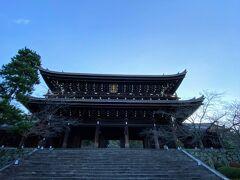 浄土宗総本山 知恩院へ!  三門の迫力に圧倒されます  歩いてみると、お宿から 高台寺を過ぎて円山公園抜けてすぐでした。 なんだ~、こんなに近いんだったら昨夜こちらのライトアップも来られたね…(>.<)