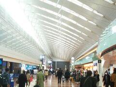 羽田空港、さすがに三連休よりは空いているでしょうが、普通に混んでいるような… このところ仕事が忙しく、疲れているのかカメラを忘れてしまった。 今回はスマホだけで撮影するか・・・