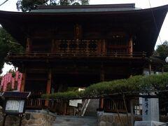 福田山塩澤寺(えんたくじ)に着きました。 808年に弘法大師が開山。毎年2月に厄除け地蔵尊祭りが開催されます。 右手の松は県指定天然記念物「舞鶴の松」です。