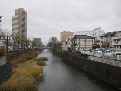 通町橋から旭川を眺める