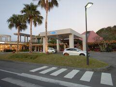 オクマプライベートビーチ&リゾートに到着! こちらの車寄せで車を預けてフロントへ。 荷物をカートで運んでくれてスムーズにフロント棟へ導かれます。