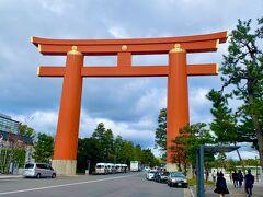南禅寺を後にして、祇園に向かうバス停近くにあった平安神宮の大鳥居。  かなり違和感がある光景ですが、京都だと普通に思えるから不思議!