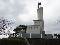 2.福津市。津屋崎の丘の上に東郷神社と、日本海海戦記念碑。艦橋の形にしたかったようです。
