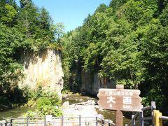 層雲峡エリアの観光スポットの一つ、大函へ。 石狩川によって浸食されたことにより作り出された高さ200メートル前後の柱状節理の断崖は見事です。駐車場もトイレもありますが、立ち寄る観光客も少ないようで、静かな自然の雰囲気を楽しめました。