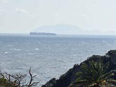 ついに石廊崎の灯台が見えました。 奥はコンテナ船です。さらに奥は伊豆七島の新島??かな