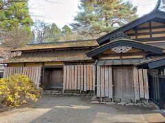 武家屋敷通りにある岩橋家や小野田家は冬支度の板囲い。