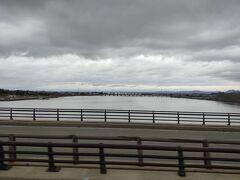 2時間ほどバスに揺られようやく男鹿半島に入りました。 橋の向こうに見えるのは八郎潟。