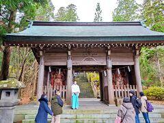 真山神社 次に訪れたのはナマハゲとのゆかりの深い真山神社。 社伝によると景行天皇の御世に武内宿禰が男鹿島に立ち寄り、この地に瓊瓊杵命、武甕槌命の二柱を祀ったことが始まり。 その後神仏習合の影響を受け修験の霊場として秋田藩の庇護で繁栄したとのこと。