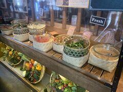 """3日目、最終日。  この日は少し遅めに起きて、ブランチを食べにホテルから徒歩5分程の場所にある""""都野菜 賀茂""""さんに行ってきました♪  こちらのお店は、京都の朝採れ野菜が頂けるブッフェ方式のお店です。  京都の農家さんが育てた新鮮なお野菜が沢山並んでいます!"""