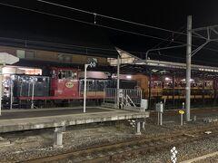 その後JRで京都駅まで戻るために嵯峨嵐山駅へ。  すぐ脇にトロッコ乗り場があり、ちょうどトロッコ列車が停まっていたのでパチリ☆  18時を過ぎていたのですが、沢山の人が乗っていきました。  星のや京都に泊まるのかな?  渡し船で川を渡らないとホテルに辿り着けないなんて、非日常的で素敵ですよね!