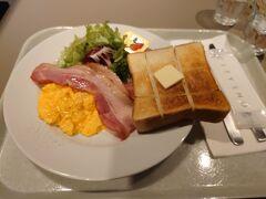 おはようござい〼。 朝7時すぎ、出発前に東京駅改札内のグランスタにあるCITYSHOPで朝食をいただきます。駅弁を買い込んで新幹線の中で食べることもしますけど、最近は専らレストランで食べていくことが多いですね。  トースト、バターとイチゴジャム、サラダにベーコンとスクランブルエッグ。朝食のテンプレみたいなメニューです。 ベーコンも肉厚で、スクランブルエッグが美味しかった。 スクランブルエッグはトロトロなやつよりもこんな感じの牛乳を効かせてある程度固まったやつの方が好きなんですよね。   ・・・お前の好みなんか興味ないというツッコミが聞こえてきそうですね~