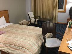 松阪のお宿は駅近くのAU松阪 ビジネスホテルだけど部屋は広々。 ちょっと散らかってますw