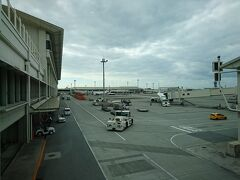 マイルを使ってANAで那覇までいき、RACに乗り換えるので 反対側のターミナルまで、歩きます  遠いです・・・  JALの乗り継ぎカウンターで、乗り継ぎの手続き  初めて空港内で他社乗り継ぎをしたけど、提携している大手だとスムーズにいきました  まあ、今回も機内持ち込みバックパックのみだったので問題なし