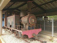 外には  島のメイン産業は、今も昔もサトウキビ  今はトラックでの運搬ですが、昔は専用の運搬列車(シュガートレイン)が島内を走っていたそう
