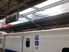 新大阪から新幹線に乗ります。早めに指定を取ったけど、その時点でかなり埋まってました。ドラえもん効果ですかねー。