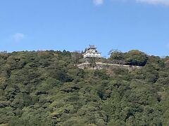 岩国城は、初代岩国領主吉川広家により、慶長13(1608)年に作られた山城で、眼下を流れる錦川を天然の外堀にし、標高約200mの城山に位置していました。 三層四階の桃山風南蛮造りでしたが、築城後7年で一国一城制により取り壊されました。現在の天守は、昭和37(1962)年に再建されたものです。(岩国市観光Webサイトより)