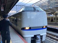 <旅行1日目>  「どこでもドアきっぷ」には「申し込みは2名以上で」「7日前までに購入」という大原則があり、基本的には家族向け。新幹線・特急・普通列車の自由席が乗り放題なのに加え、指定席が6回まで利用できるというもの。日数や曜日で何種類かありますが、利用したのはJR西日本全線2日間乗り放題土休日料金12,000円(普通車)の切符です。京都から広島まで片道11,420円だから往復しただけで、余裕で元が取れるという、太っ腹な料金設定です。  注意点として、東海道新幹線は利用できないので、京都~新大阪間は特急サンダーバードを利用しました。