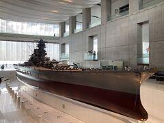 1階の「大和ひろば」 全長26.3mの10分の1戦艦「大和」。