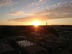 早朝から動くため、ホテルの朝食を開始時間にさっさと頂く き  ホテルの屋上から日の出  絶好の天気♪