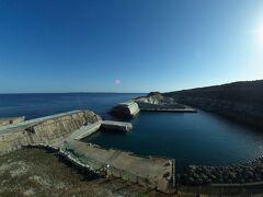 こちらも北側にある、南大東島漁港  もう20年以上掛かって、つくってる港  断崖を爆破しながら、ここまできたそうだ  大きな船は入れないけど、漁師たちのメイン漁港です