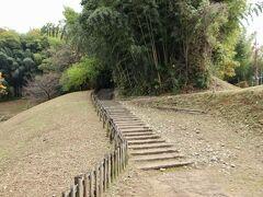 酒船石 亀形石造物のそばの丘を上がっていきます。