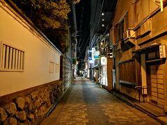 せきとりは古町のハズレにあります。 少し歩くと小京都でした。 白壁沿いを舞妓さんも歩いていて、人混みもなく、祇園に勝る美しいところです。