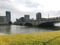 食べすぎたので歩きます。 今度は歩いて万代橋を渡り、信濃川沿いを歩きます。
