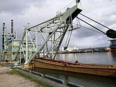 川沿いは信濃川河口港ならではの浚渫船が見られます。 こんな近くで見れるところは日本で他にないと思うので、ぜひ川沿いを歩くべきです。