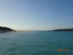 遠くに見える橋が来間大橋です