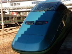 屋根の影が顔にかかって、ギザギザになってしまった! 福島~新庄を走る「とれいゆつばさ」2014年デビューです。